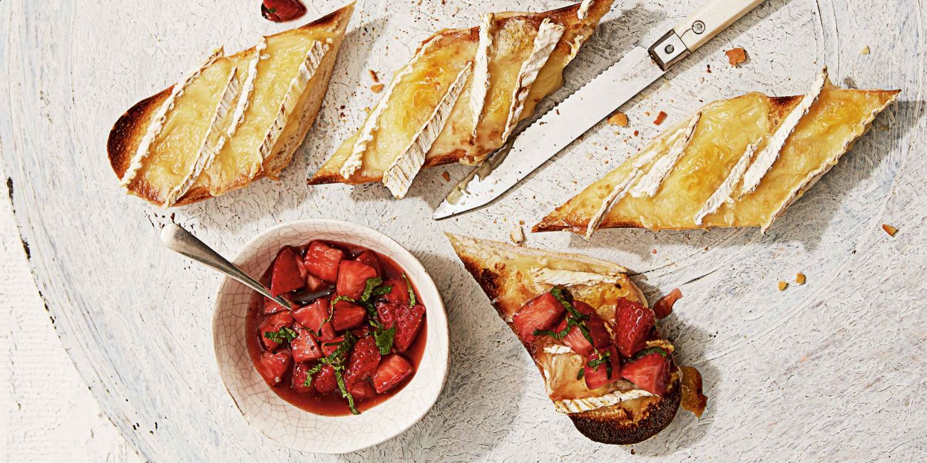 Brie and berry salsa picnic loaf
