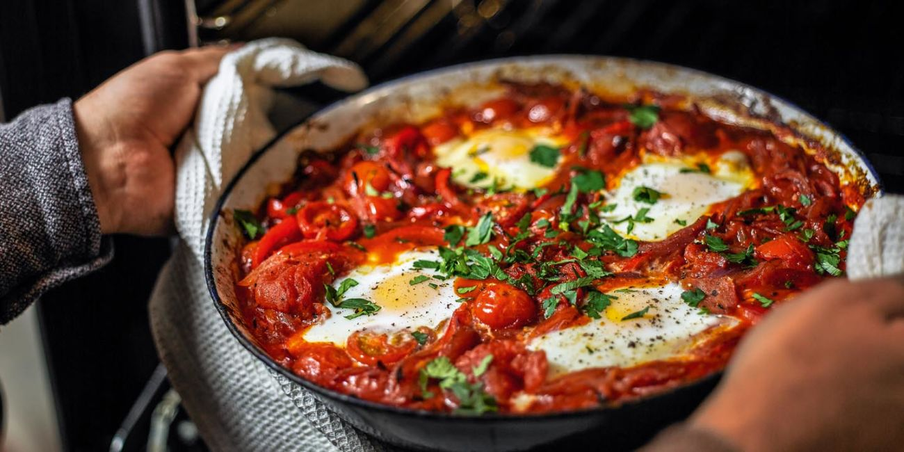 Spicy spanish tomato baked eggs