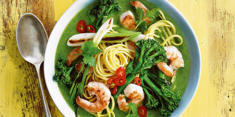 Green noodle soup with prawns