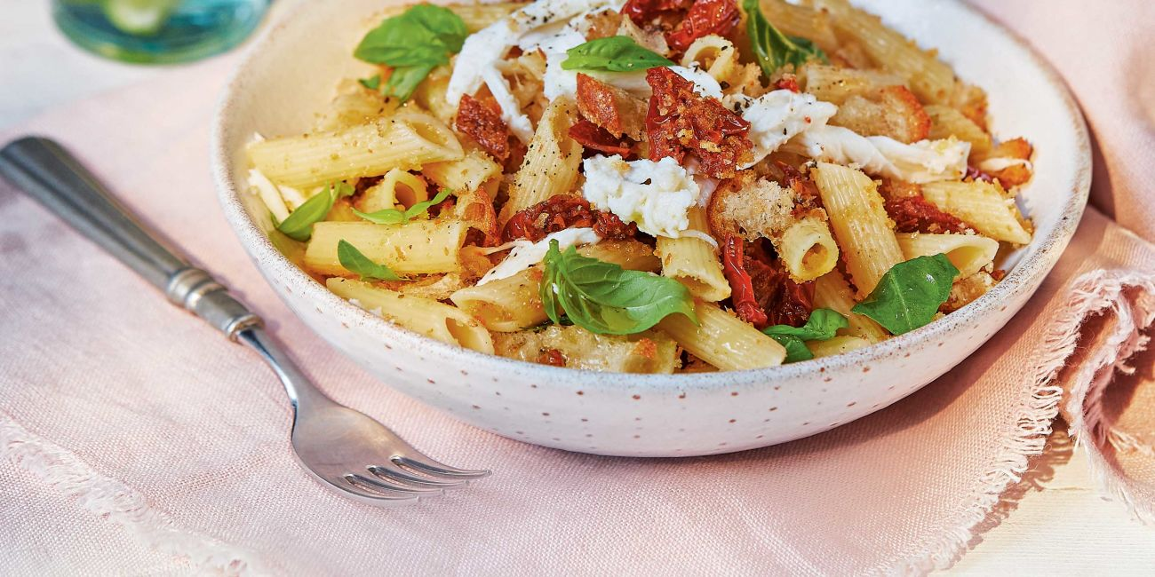 Pasta with sun-dried tomatoes and mozzarella
