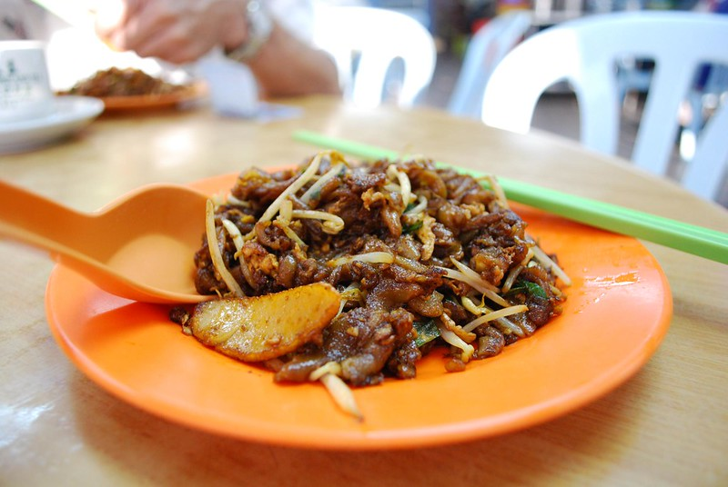Char kuay teow - hawker food in Singapore