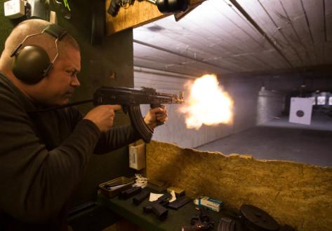Pistolen und Gewehre im Bunker