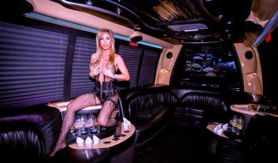 Partybus mit Stripperin Deluxe
