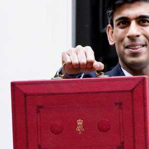 The Chancellor with the Budget box in front of 11 Downing Street before heading to the House of Commons to deliver the Budget, 11 March 2020 (© HM Treasury)