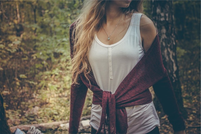 Odpowiednie założenie ubrań, wybranie odpowiednich fasonów bluzek czy spodni może nas optycznie wyszczuplić. Warto więc stosować takie triki!