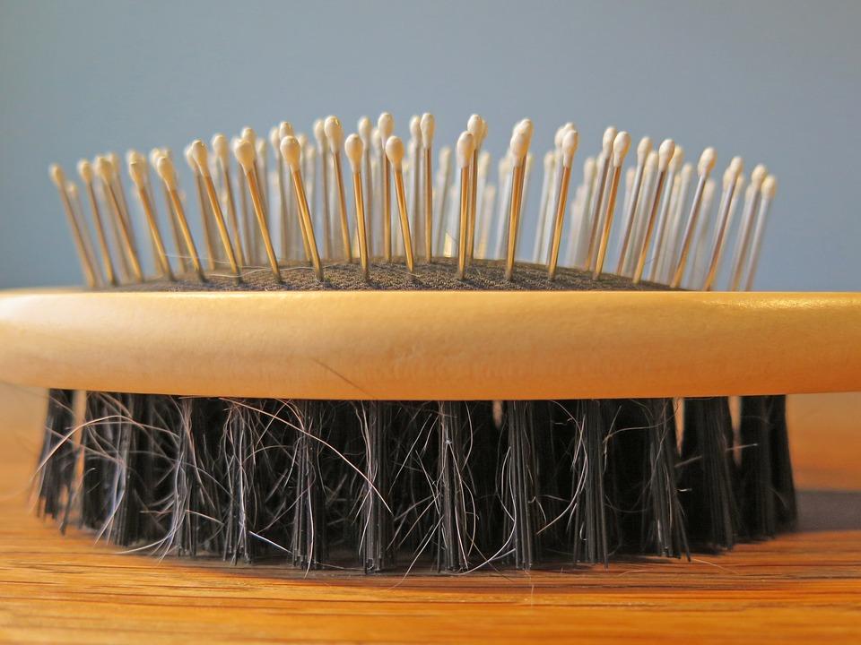 Wypadania włosów nie wolno bagatelizować. To sygnał od naszego organizmu, że coś jest nie tak. Problemem może być niewłaściwa pielęgnacja. Co robić, gdy na szczotce zostaje więcej włosów niż zazwyczaj?