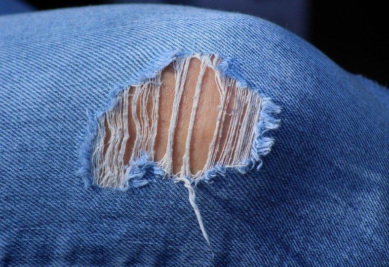 Dziurawe jeansy to prawdziwy hit. A przecież tak łatwo je zorbić w tarych spodniach!