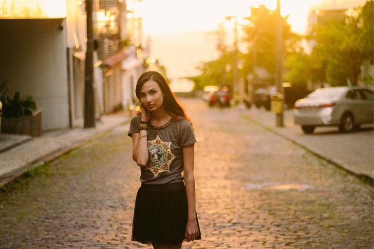 Czarna plisowana spódnica to klasyk, który pasuje zarówno do eleganckiej, jak i cashualowej góry. Warto ją mieć w swojej szafie.