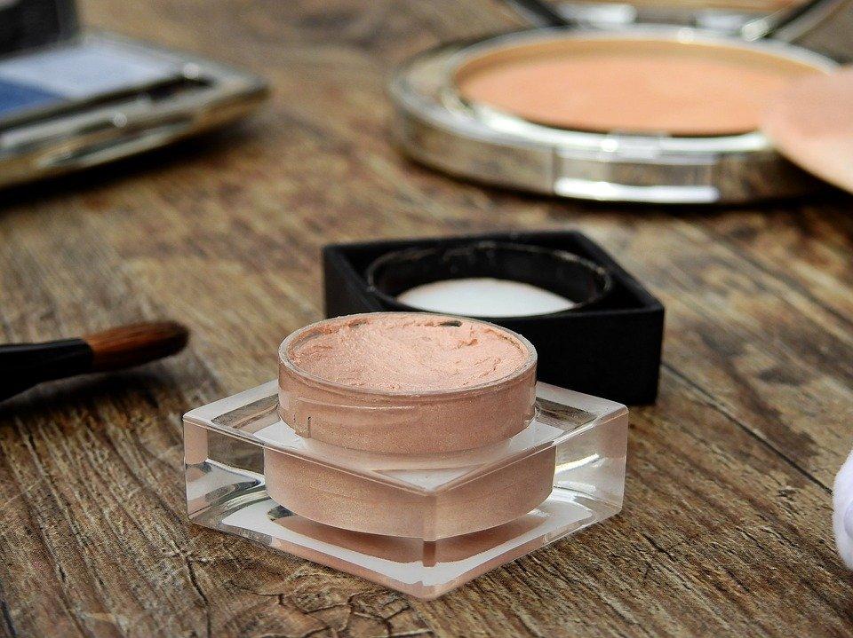 Idealnie dobrany podkład sprawia, że nasza skóra wygląda pięknie i promiennie. Jak więc dopasować go do swojej cery?