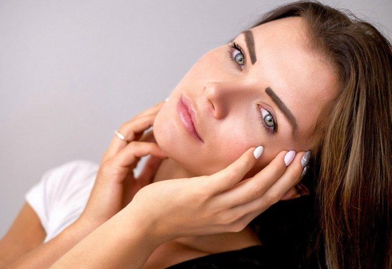 Warto zainwestować w bazę pod podkład i pod cienie. Dzięki temu makijaż wytrzyma przez wiele godzin.