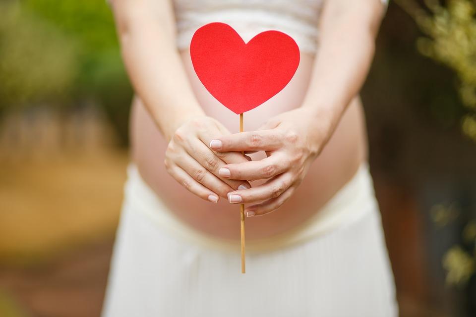 Warto poinformować o ciąży w kreatywny, niezapomniany sposób. Podpowiadamy, jak to zrobić!