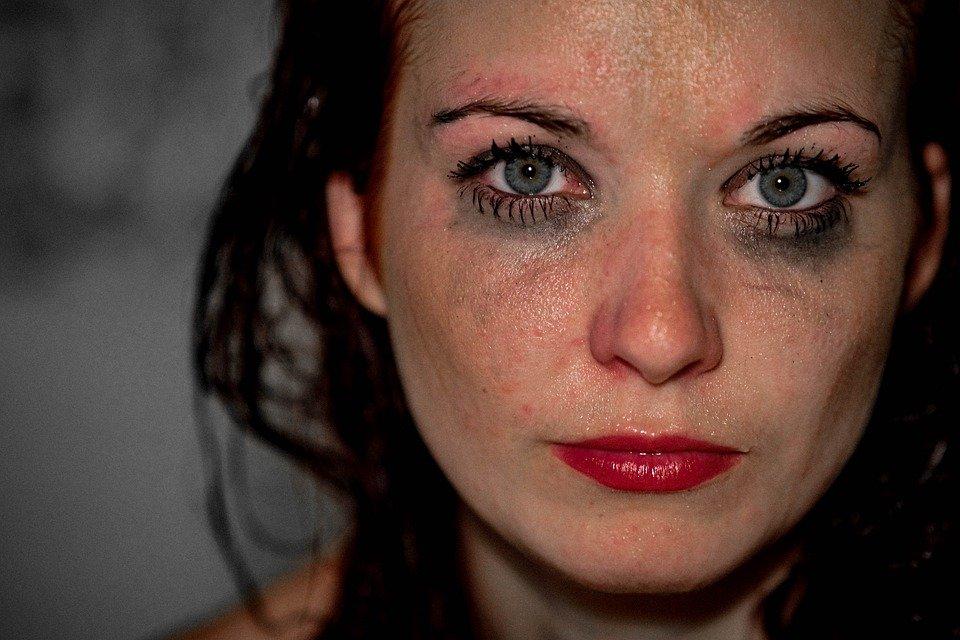 Niemalże każdej z pań zdarzyło się zasnąć w makijażu. To szkodzi skórze twarzy. Na szczęście są sposoby, by cera znów wyglądała zdrowo i promiennie.