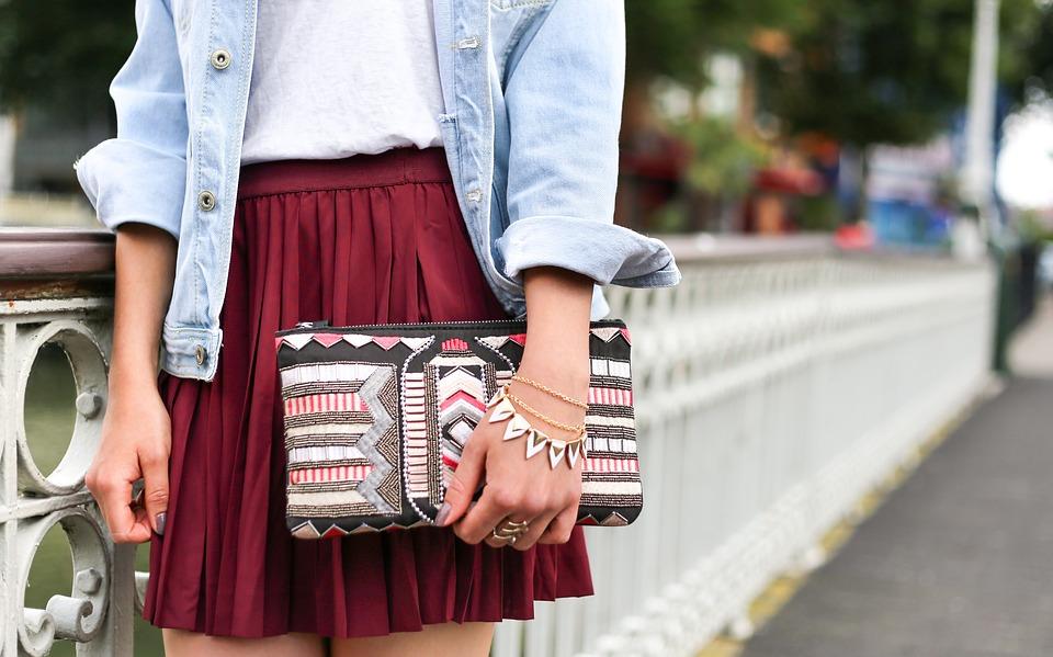 Plisowane spódnice są obecnie bardzo na topie. Mogą być maxi, midi bądź mini, kolorowe i jednolite, bogato zdobione i skromne - obojętnie. Ta różnorodność modeli sprawia, że można stworzyć z nimi nieskoniczenie wiele modnych stylizacji!