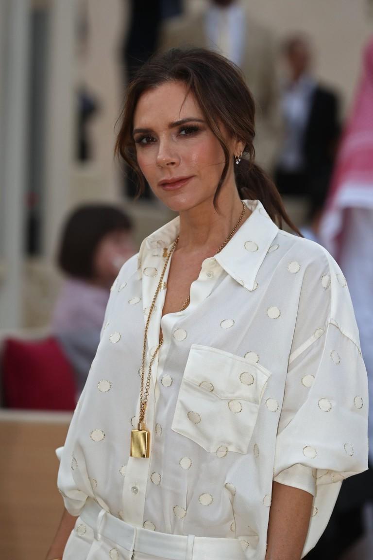 Victorię Beckham często można zobaczyć w różnych koszulach. Projektantka uwielbia też sięgać po ubrania z męskiej garderoby, które odpowiednio połączone wyglądają fantastycznie!