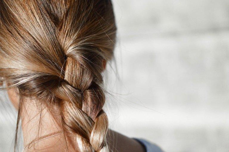 Zbyt silne zabiegi fryzjerskie, mocne upięcia czy ciasno zaplecione warkocze mogą osłabiać włosy i sprzyjać ich wypadaniu. Jak więc dbać o kosmyki, by były mocne?