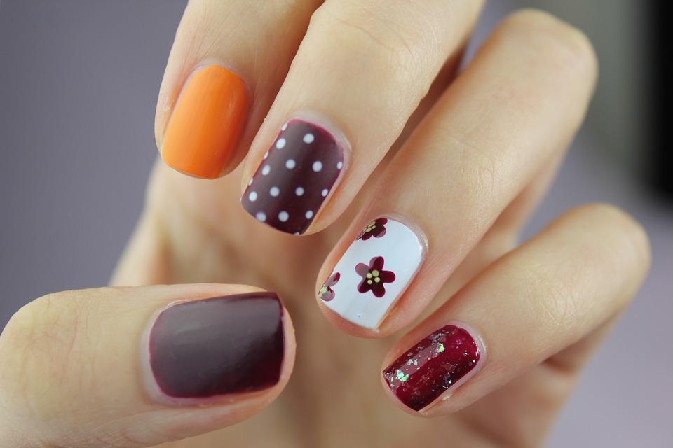 Od lat na kobiecych paznokciach króluje manicure hybrydowy. Od jakiegoś czasu rosnącą popularnością cieszy się zaś manicure tytanowy. Co to takiego?