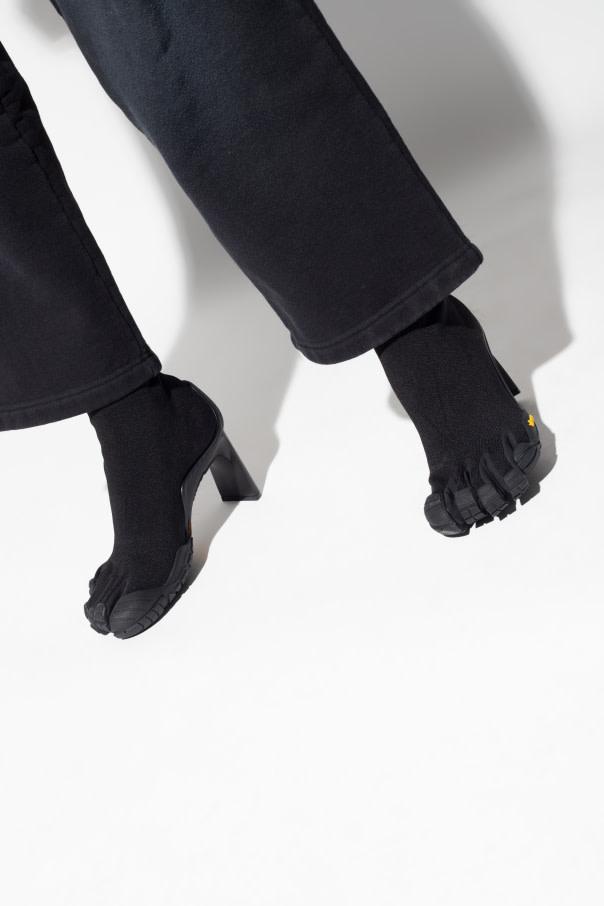 Balanciaga wciąż szokuje, jeśli chodzi o propozycje oryginalnych modeli obuwia. W swojej ofercie ma m.in. buty ze skarpetami - plczatkami.