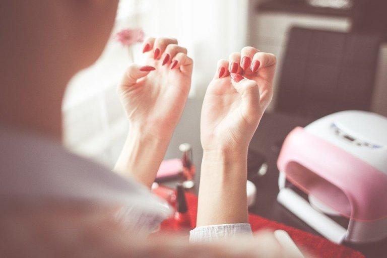Wiele pań, które robią paznokcie hybrydowe zastanawia się, czy lampa UV może szkodzić ich skórze. Jaka jest prawda?