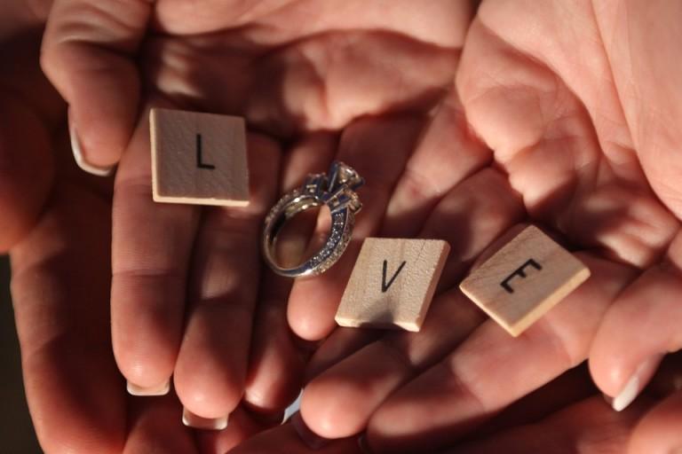 Jeśli ukochana uwielbia spędzać wieczory grając w planszówki czy rozwiązując krzyżówki, to warto to wykorzystać podczas oświadczyn.
