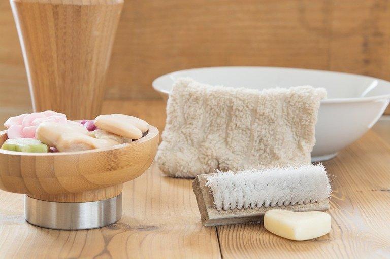 Szczotkowanie ciała to jeden ze skóteczniejszych sposobów na pozbycie się cellulitu i ujędrnienie ciała. Taki domowy zabieg wykonywany regularnie niesie ze sobą także inne korzyści. Warto wiedzieć jakie.