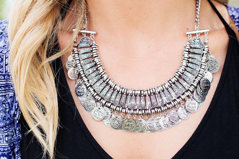 Srebrna biżuteria jest piękna i bardzo popularna. Niestety bardzo szybko śniadzieje i nie wygląda najlepiej. Na szczęście są sposoby, by przywrócić jej blask.