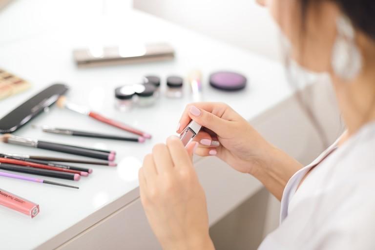 Warto wiedzieć, jak można łatwo utrwalić makijaż, dzięki czemu pozostanie nienaruszony przez długi czas! Sprawdzamy, jak to zrobić!