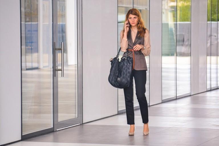 Nieprawdą jest, że na rozmowę kwalifikacyjną musimy mieć typową białą bluzkę i czarną spódnicę bądź klasyczny garnitur. Warto jednak zadbać o to, by stylizacja była elegancka.