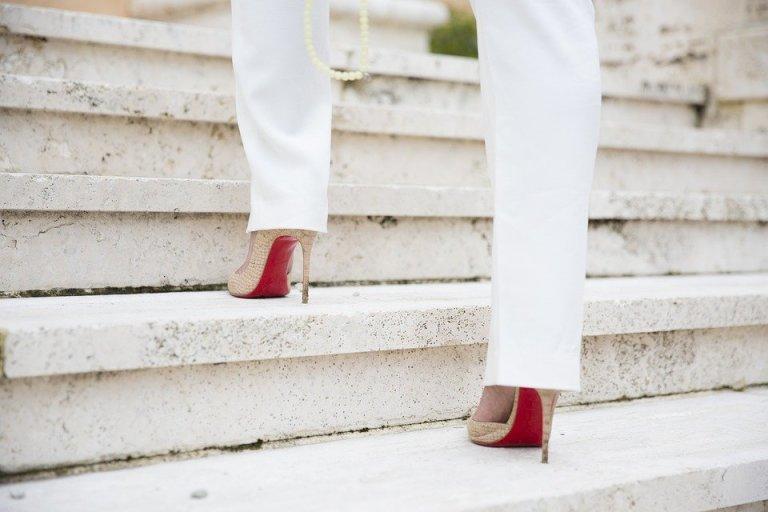 Buty na cienkim obcasie, czyli szpilki zawsze dodają szyku i seksapilu stylizacji. Nie bez powodu Victoria Beckham je tak uwielbia!