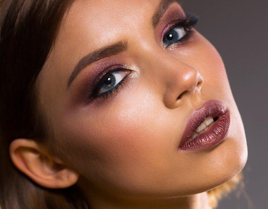Piękny makijaż, to trwały makijaż. Jakie sposoby sprawią, że make-up utrzyma sie przez wiele godzin w nienaruszonym stanie?