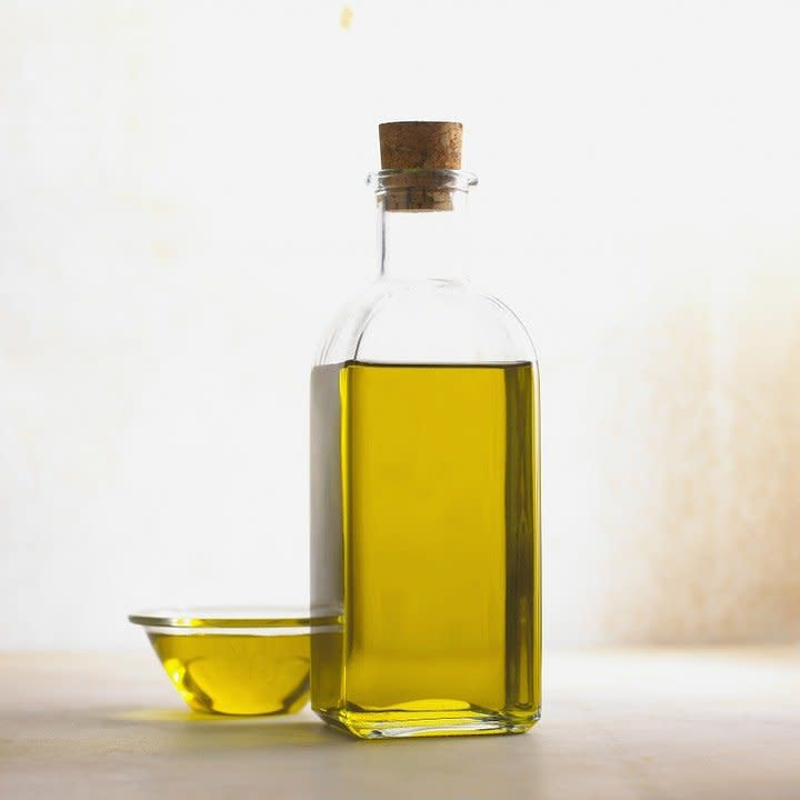 Olej konopny poprawia kondycję włosów oraz skóry. Poza tym doskonale wpływa na nasze zdrowie. Co warto o nim wiedzieć?