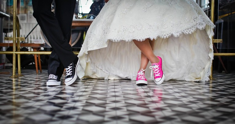 """Młodzi, nawet jeśli nie wierzą w przesądy ślubne, to wolą ich przestrzegać - """"żeby nie zapeszyć"""". Jakie są więc najpopularniejsze?"""