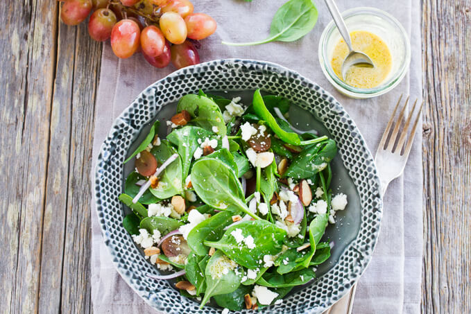 Spinach salad with grapes and goat cheese