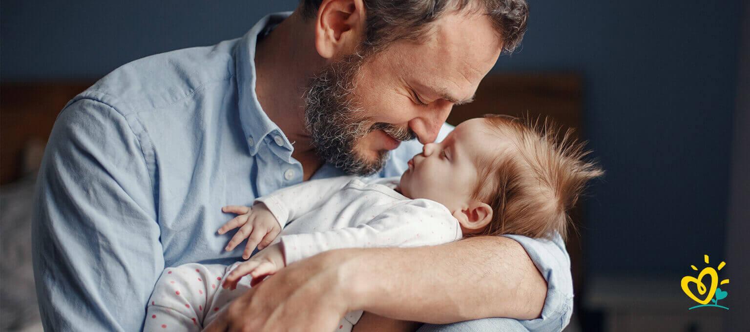 Ojciec trzyma na rękach dziecko