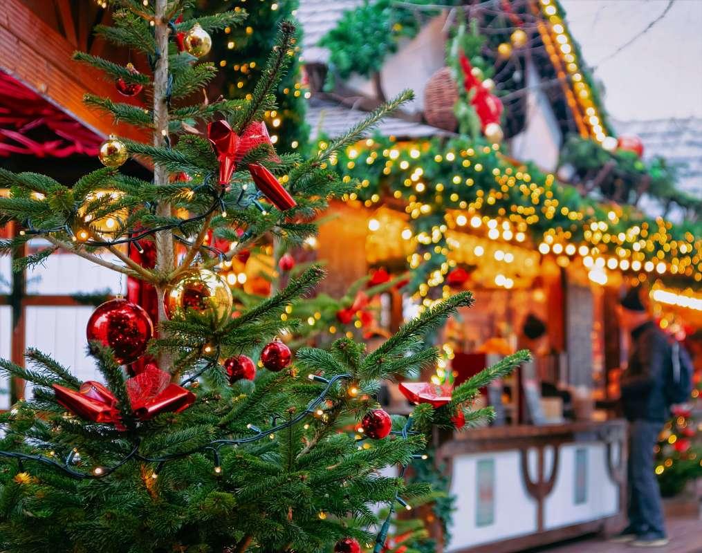 Weihnachtsmarkt mit Baum und Bude - Weihnachtmarkt reisen mit Bus
