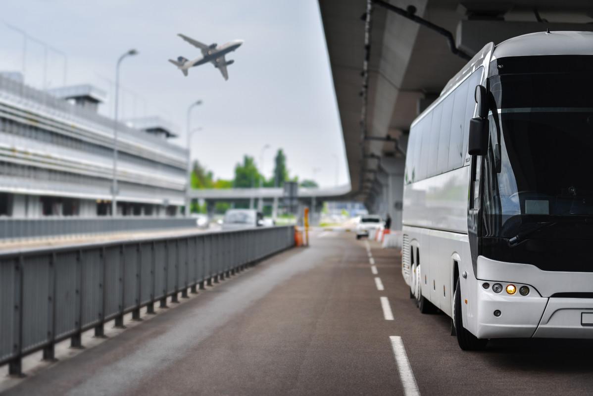 Mit dem Reisebus zum Flughafen: der einfache Flughafenshuttle