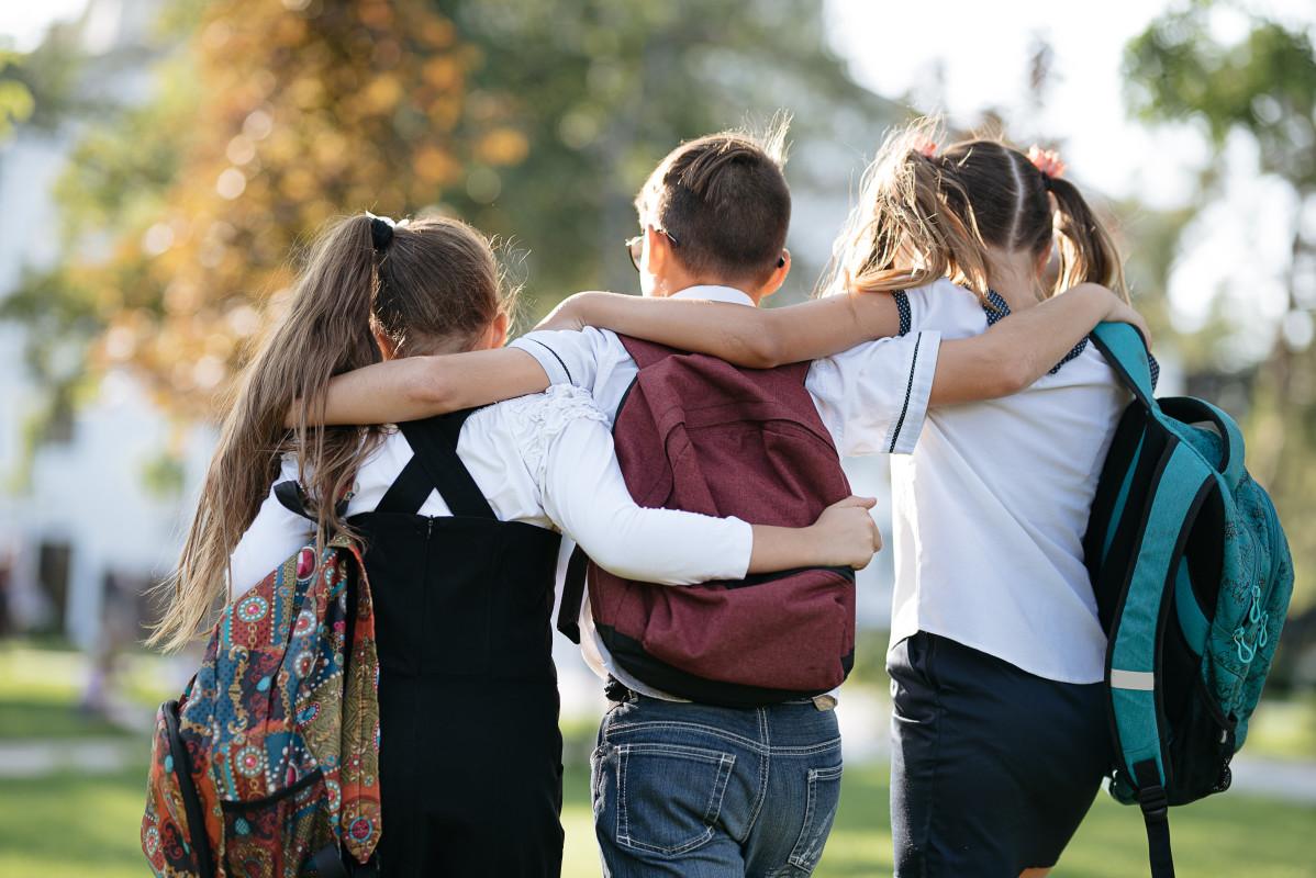 Drei befreundete Kinder auf Klassenfahrt - Anreise mit dem Reisebus