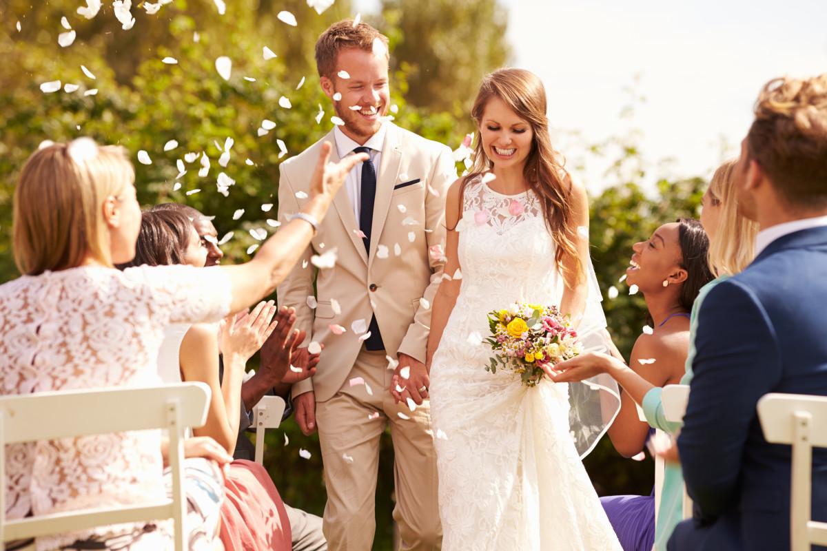 Brautpaar und Hochzeitsgesellschaft feiern - Anreise mit dem Reisebus