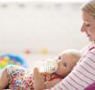 寶寶喝完奶後,父母可進行拍嗝,減緩寶寶溢奶、寶寶吐奶的狀況。