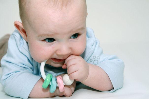 看看怎樣跟4個月嬰兒玩耍可讓他更快樂,也學到更多。