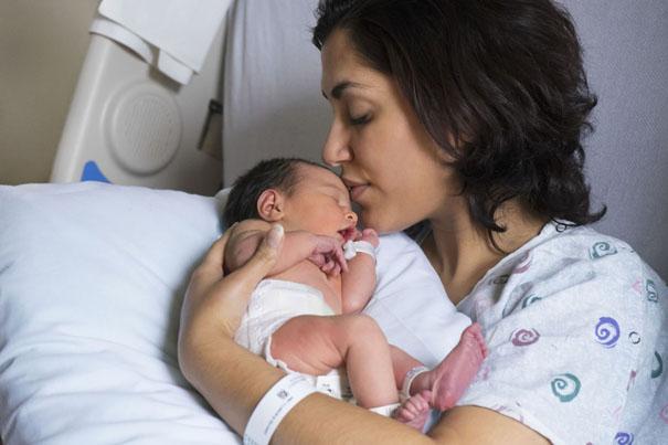 寶寶出生不到一小時,就會喝第一次奶。哺乳母奶是自然不過的事,不過倒不是易事。您和寶寶可能都需要一點時間才能適應餵過程,畢竟這對您們來說都是全新經歷。