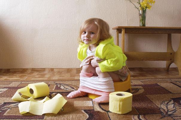 經過如廁訓練後,飽飽還是習慣穿著尿布大便或是偶爾「意外」尿床嗎?因為尿床就要包尿布嗎?