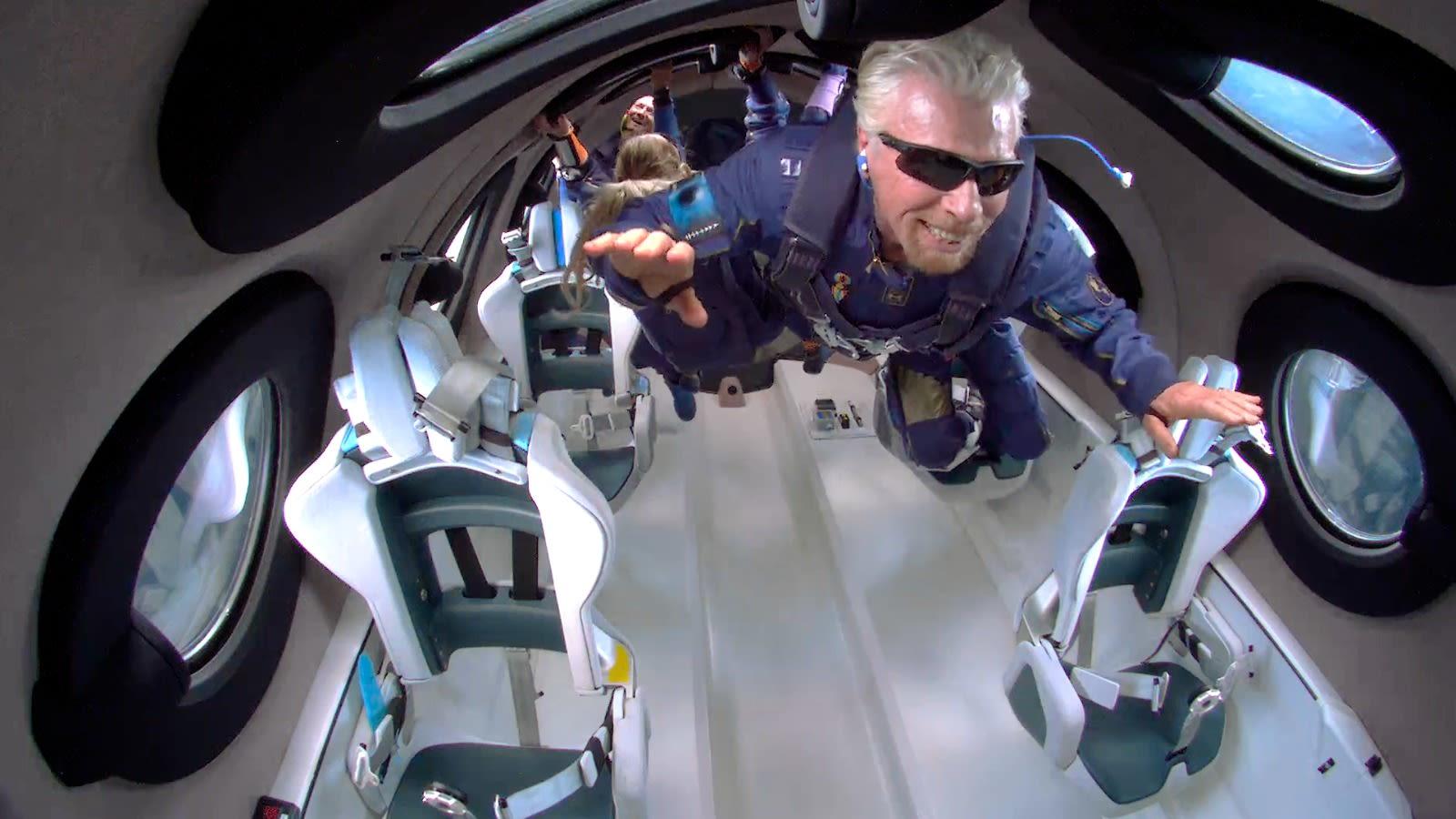 Richard Branson sentindo falta de peso durante o vôo espacial 22 da Virgin Galactic Unity