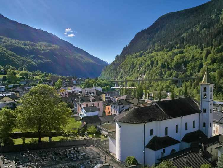 Dorf Faido mit Treni Gottardo erreichbar