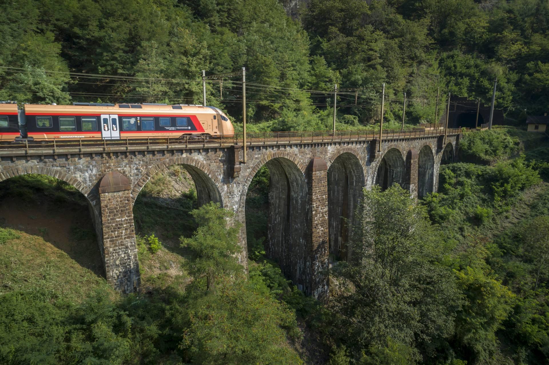Treno Gottardo auf der Brücke