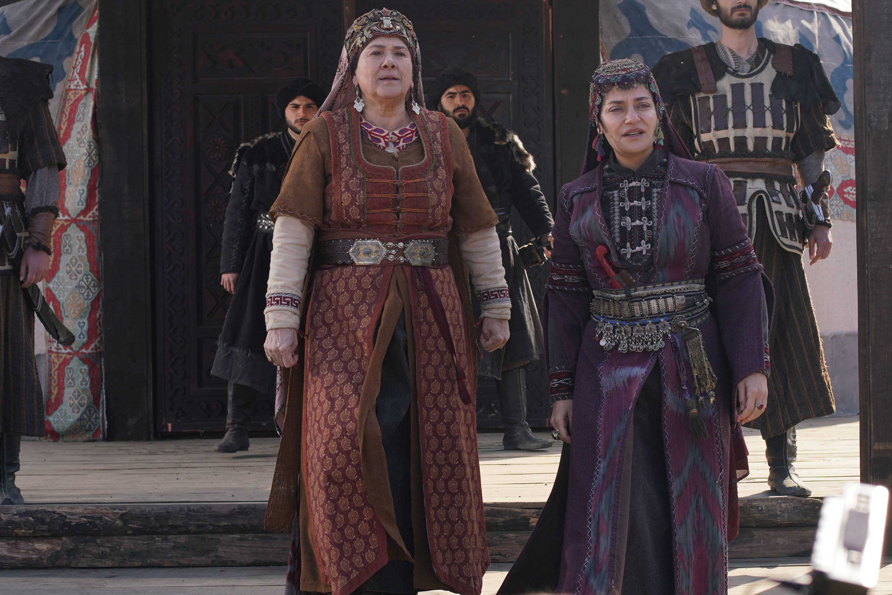 "Actor Hülya Darcan (left) plays Ertuğrul's mother Hayme Hatun in ""Resurrection: Ertuğrul."" (TRT 1)"