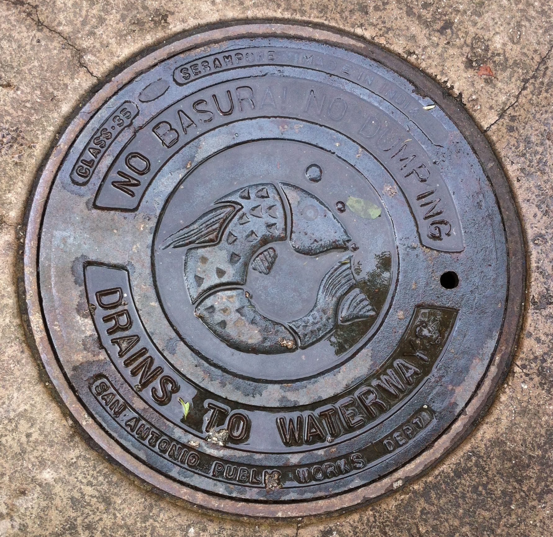 Bilingual manhole cover at San Antonio, TX zoo