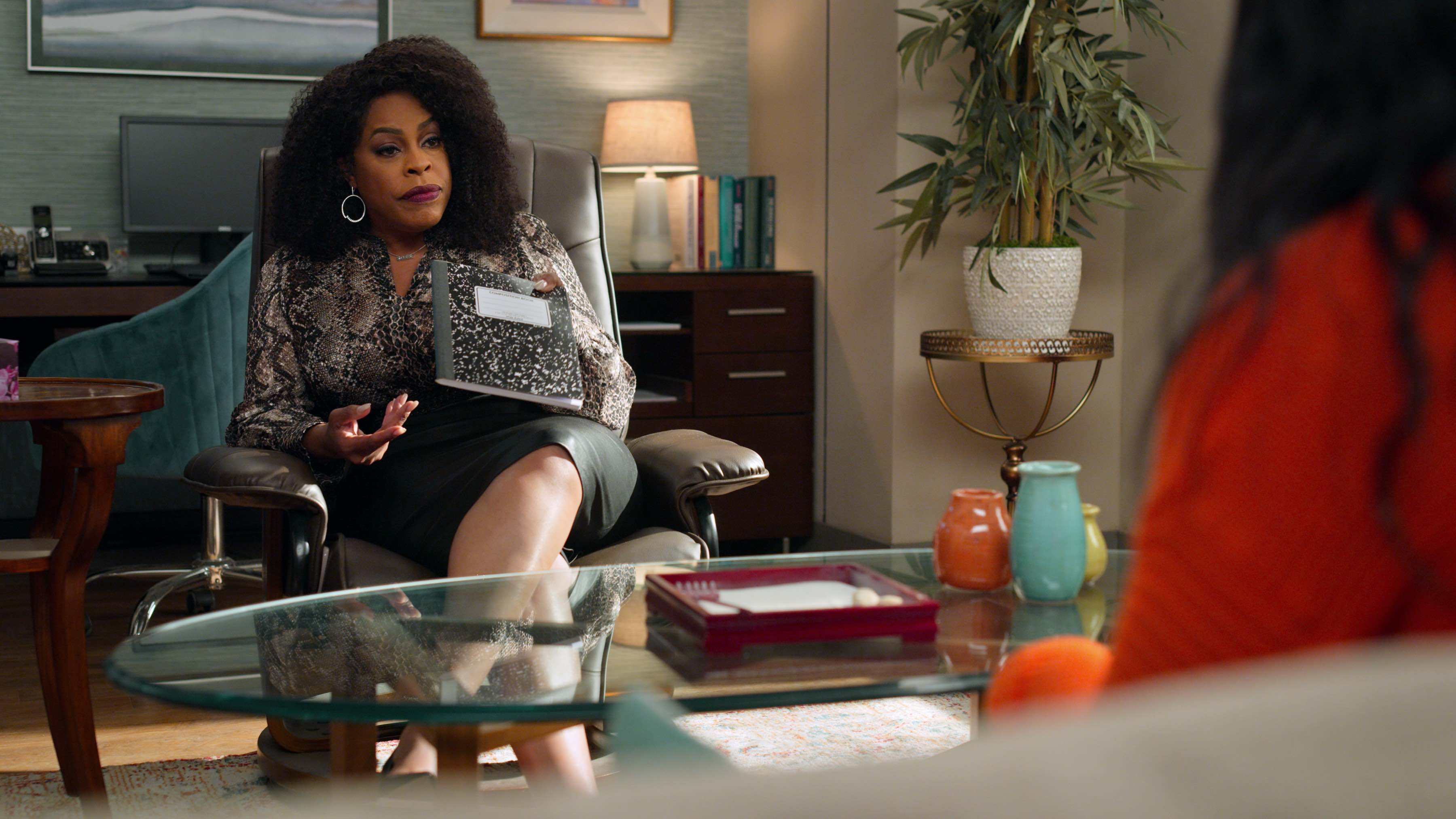 Dr. Jamie Ryan (Niecy Nash), Devi's therapist, giving her a grief journal (Netflix)