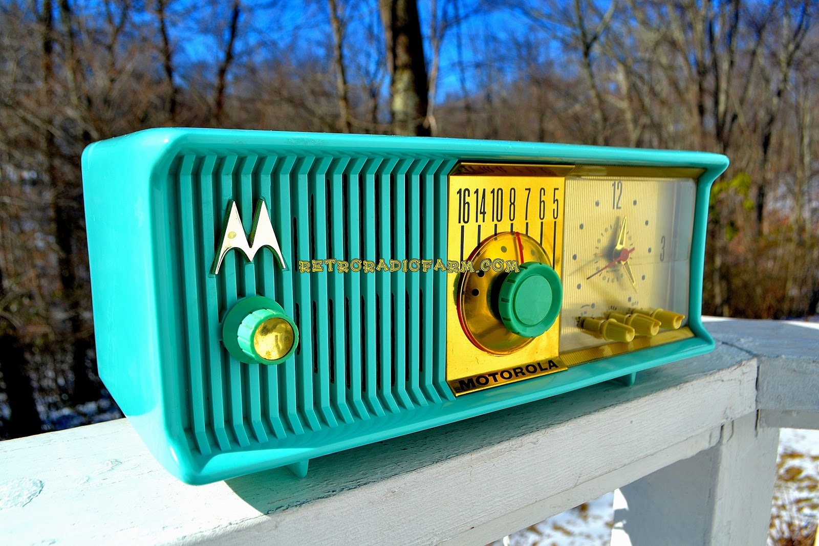 Finding and Repairing Retro Radios Turned into a Successful Side