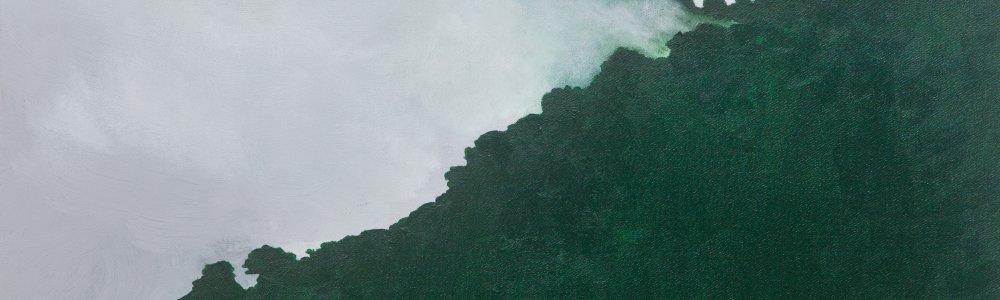 Gemälde eines grünen Bergrückens mit vorbeiziehenden Wolken