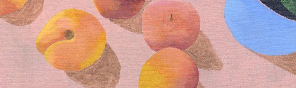 Bankkarte neben Pfirsichen und einer Zimmerpflanze